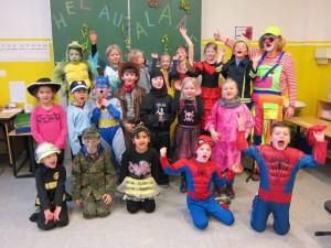 Karneval 2016: Die 1b feiert mit Frau Schröder
