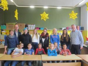 Lie Leiterin der OGS, Margret Füllenkemper, Schulleiter Hubertus Klneilmann und Schulleiter Martin Linnemannstöns freuen sich über das Engagement der 5 Schülerinnen der Verbiundschule, die neuerdings als Hausaufgabenpatin helfen.