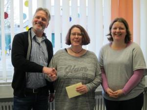 Schulleiter Martin Linnemannstöns und Heike Tüttelmann bedanken sich herzlich bei Tanja Everding (Mitte).