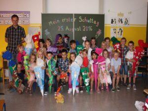Erster Schultag: Die Schülerinnen und Schüler der 1b mit ihrem Klassenlehrer Christoph Seliger